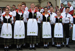 Auftritt der Winzertanzgruppe Mehring an der Weinkirmes